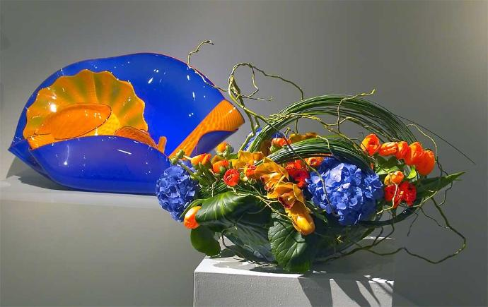 Ultramarine forms in blown glass by Chihuly and floral design by Yukiko