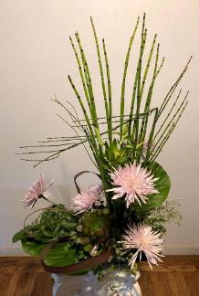 ikebana equisitum alternates either spider mums or asiatic lilies