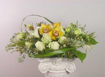 Centerpiece with bridal bouquet in the center
